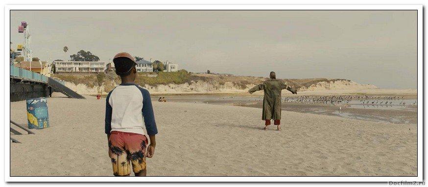 Мать и отец берут своих детей в свой пляжный домик, ожидая, что они проведут время с друзьями, но их спокойствие превращается в напряжение и хаос, когда некоторые посетители приходят без приглашения.